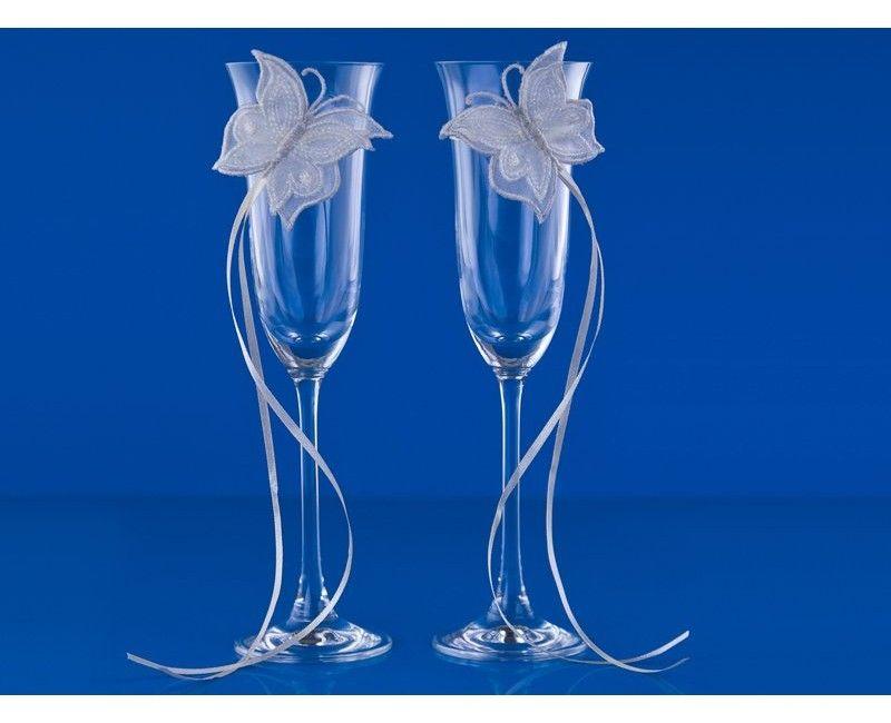 Champagneglazen met crème witte vlinders en wit satijn lint