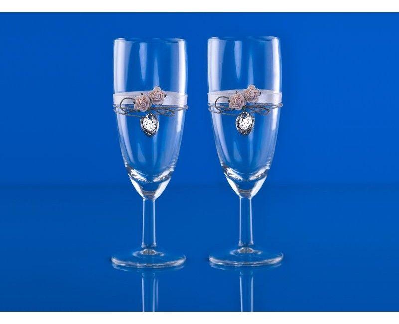 Champagneglazen met wit lint, rode roosjes en hartjes