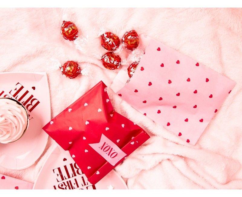 Papieren traktatiezakjes rode hartjes met stickers, 6 stuks