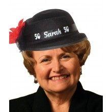 Sarah hoed met bloem